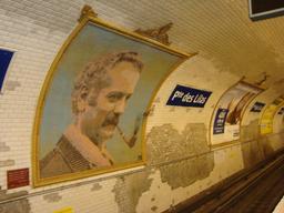 Mosaïque de Georges Brassens dans le métro. Source : http://data.abuledu.org/URI/53b5b296-mosaique-de-georges-brassens-dans-le-metro
