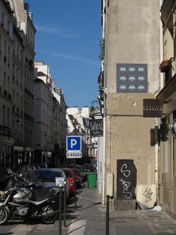 Mosaïque de neuf Space Invaders, Rue de Poitou. Source : http://data.abuledu.org/URI/52c1fff1-mosaique-de-neuf-space-invaders-rue-de-poitou
