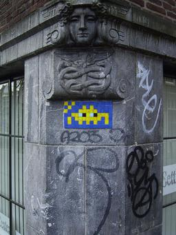 Mosaïque de Space Invader à Amsterdam. Source : http://data.abuledu.org/URI/52c1ee76-mosaique-de-space-invader-a-amsterdam