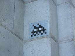 Mosaïque de Space Invader à côté de la fontaine Molière. Source : http://data.abuledu.org/URI/52c2011b-mosaique-de-space-invader-a-cote-de-la-fontaine-moliere
