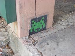 Mosaïque de Space Invader à Dallas. Source : http://data.abuledu.org/URI/52c1ec78-mosaique-de-space-invader-a-dallas