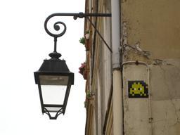 Mosaïque de Space Invader à l'angle de la Rue Simonet. Source : http://data.abuledu.org/URI/52c2054a-mosaique-de-space-invader-a-l-angle-de-la-rue-simonet