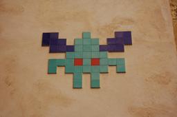 Mosaïque de Space Invader à Pigalle. Source : http://data.abuledu.org/URI/52c1e143-mosaique-de-space-invader-a-pigalle