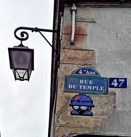 Mosaïque de Space Invader au 47 Rue du Temple. Source : http://data.abuledu.org/URI/52c201ea-mosaique-de-space-invader-au-47-rue-du-temple