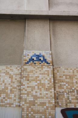 Mosaïque de Space Invader Rue St Maur. Source : http://data.abuledu.org/URI/52c2047e-mosaique-de-space-invader-rue-st-maur