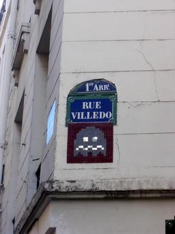 Mosaïque de Space Invader Rue Villedo. Source : http://data.abuledu.org/URI/52c1fc53-mosaique-de-space-invader-rue-villedo