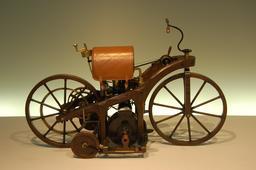 Motocyclette en bois de Daimler de 1885. Source : http://data.abuledu.org/URI/528887f9-motocyclette-en-bois-de-daimler-de-1885