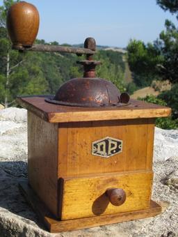 Moulin à café à main. Source : http://data.abuledu.org/URI/50ff3e85-moulin-a-cafe-a-main