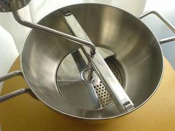 Moulin à légumes. Source : http://data.abuledu.org/URI/50ff354a-moulin-a-legumes