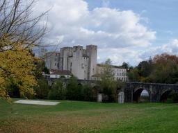 Moulin fortifié et pont de Barbaste. Source : http://data.abuledu.org/URI/5827ddbb-moulin-fortifie-et-pont-de-barbaste
