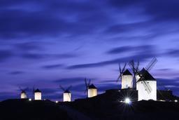 Moulins de La Mancha de nuit. Source : http://data.abuledu.org/URI/54a031f0-moulins-de-la-mancha-de-nuit