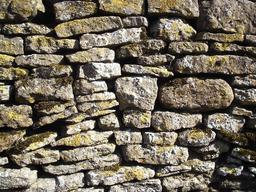 Mur en pierre sèche. Source : http://data.abuledu.org/URI/50d6395b-mur-en-pierre-seche