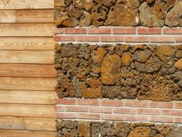 Mur moderne de garluche, brique et bois. Source : http://data.abuledu.org/URI/5074ac5f-mur-moderne-de-garluche-brique-et-bois