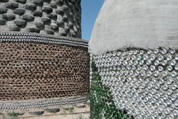 Murs en matériaux de récupération. Source : http://data.abuledu.org/URI/5518f5e8-murs-en-materiaux-de-recuperation
