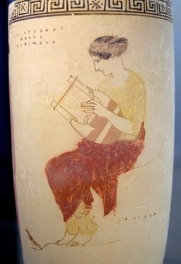 Muse grecque jouant de la cithare. Source : http://data.abuledu.org/URI/47f3ccc1-muse-grecque-jouant-de-la-cithare