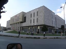 Museum national de Tirana en Albanie. Source : http://data.abuledu.org/URI/556161fe-museum-national-de-tirana-en-albanie