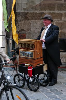 Musicien de rue à Vienne. Source : http://data.abuledu.org/URI/53a7e81c-musicien-de-rue-a-vienne