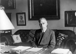 Portrait du savant danois Niels Bohr en 1935. Source : http://data.abuledu.org/URI/53736f34-niels-bohr-