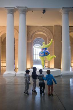 Niki de Saint-Phalle et les enfants. Source : http://data.abuledu.org/URI/585ffb70-niki-de-saint-phalle-et-les-enfants