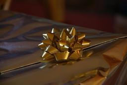 Noeud doré de cadeau. Source : http://data.abuledu.org/URI/531c1caf-noeud-dore-de-cadeau