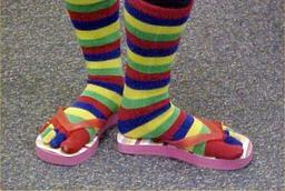 Nu-pieds et chaussettes fantaisie. Source : http://data.abuledu.org/URI/50fc04ba-nu-pieds-et-chaussettes-fantaisie