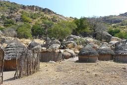 Village nouba au Soudan. Source : http://data.abuledu.org/URI/54998bd3-nuba-village-jpg