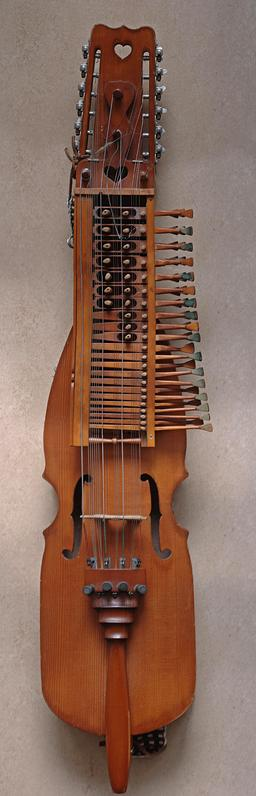 Nyckelharpa verticale suédoise. Source : http://data.abuledu.org/URI/53345232-nyckelharpa-vertical