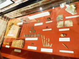 Objets en provenance des recherches archéologiques à Vanikoro. Source : http://data.abuledu.org/URI/596e47e4-objets-en-provenance-des-recherches-archeologiques-a-vanikoro