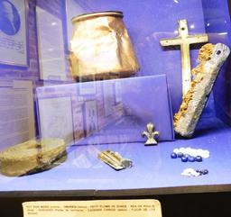 Objets en provenance des recherches archéologiques à Vanikoro. Source : http://data.abuledu.org/URI/596e49d7-objets-en-provenance-des-recherches-archeologiques-a-vanikoro