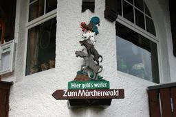 Panneau en allemand des musiciens de Brême. Source : http://data.abuledu.org/URI/534992f9-odenthal-altenberg-marchenwald-10-ies-jpg