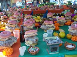 Offrandes pour le jour des morts à Mexico. Source : http://data.abuledu.org/URI/5275717b-offrandes-pour-le-jour-des-morts-a-mexico