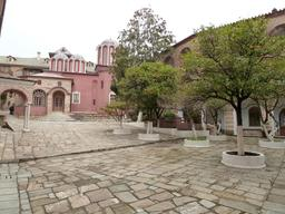 Orangers dans la cour d'un monastère grec. Source : http://data.abuledu.org/URI/51defd05-orangers-dans-la-cour-d-un-monastere-grec