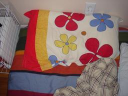 Oreiller à fleurs de couleurs. Source : http://data.abuledu.org/URI/5335c64d-oreiller-a-fleurs-de-couleurs