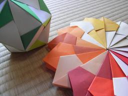 Origami en 2D et en 3D. Source : http://data.abuledu.org/URI/52f25863-origami-en-2d-et-en-3d