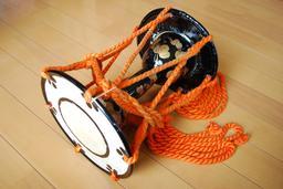 Otsuzumi, tambour japonais. Source : http://data.abuledu.org/URI/53315e15-otsuzumi