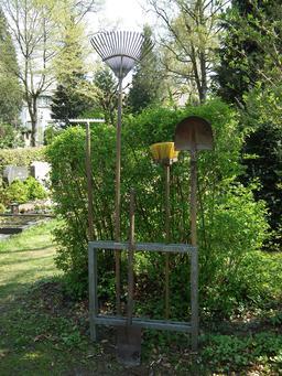 Outils de jardinage dans un ratelier. Source : http://data.abuledu.org/URI/536a25c4-outils-de-jardinage-dans-un-ratelier
