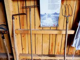 Outils de maraîcher à Eysines. Source : http://data.abuledu.org/URI/5936b782-outils-de-maraicher-a-eysines