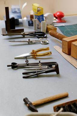 Outils du relieur. Source : http://data.abuledu.org/URI/51210455-outils-du-relieur