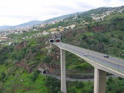Ouvrages autoroutiers dans l'île de Madère. Source : http://data.abuledu.org/URI/55089942-ouvrages-autoroutiers-dans-l-ile-de-madere