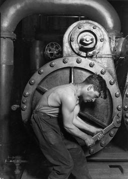 Ouvrier réparant une pompe à vapeur en 1920. Source : http://data.abuledu.org/URI/56c884fc-ouvrier-reparant-une-pompe-a-vapeur-en-1920