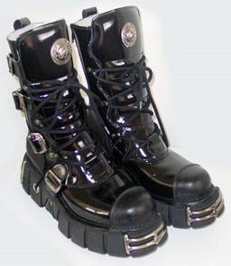 Paire de bottes à semelle compensée. Source : http://data.abuledu.org/URI/50fbc49e-paire-de-bottes-a-semelle-compensee