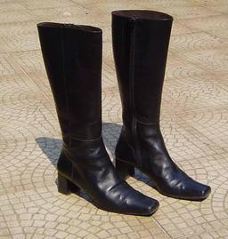 Paire de bottes à talons. Source : http://data.abuledu.org/URI/50fbf6fc-paire-de-bottes-a-talons