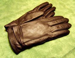 Paire de gants de cuir. Source : http://data.abuledu.org/URI/534c17fc-paire-de-gants-de-cuir