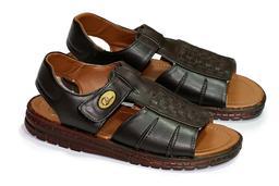 Paire de sandales homme en cuir. Source : http://data.abuledu.org/URI/50fbf845-paire-de-sandales-homme-en-cuir