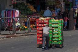 Palettes de fruits transportées par des enfants. Source : http://data.abuledu.org/URI/58c877c5-palettes-de-fruits-transportees-par-des-enfants