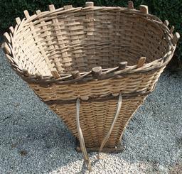 Panier à dos en canne de Provence. Source : http://data.abuledu.org/URI/52743449-panier-a-dos-en-canne-de-provence