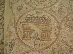 Panier de raisin en mosaïque. Source : http://data.abuledu.org/URI/50326213-panier-de-raisin-en-mosaique
