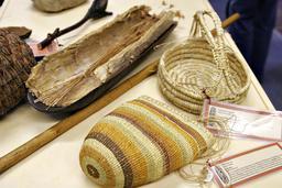 Paniers australiens en fibre tressée. Source : http://data.abuledu.org/URI/52f54886-paniers-australiens-en-fibre-tressee