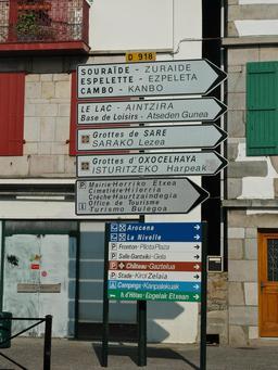 Panneau de signalisation bilingue. Source : http://data.abuledu.org/URI/527fee04-panneau-de-signalisation-bilingue