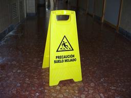 Panneau de signalisation espagnol. Source : http://data.abuledu.org/URI/546a59ca-panneau-de-signalisation-espagnol